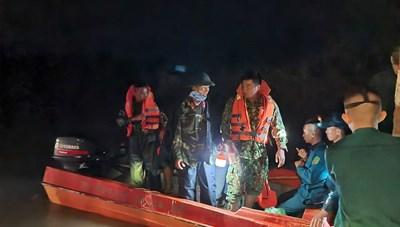 Mưa lớn khiến 3 người bị nước lũ cuốn trôi mất tích