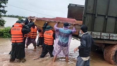 Đắk Lắk: Lực lượng Công an, Bộ đội Biên phòng vào vùng lũ giúp dân