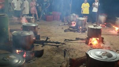 Người dân Đắk Lắk trắng đêm nấu bánh chưng ủng hộ bà con vùng lũ miền Trung