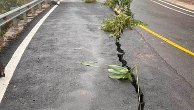 Đường đèo Măng Đen ở Kon Tum bị nứt toác kinh hoàng