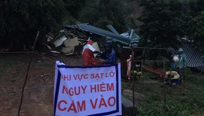 Đắk Lắk: Nhiều nhà dân bị đổ sập hoàn toàn do sạt lở núi