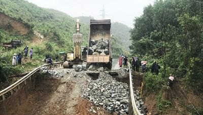 Đội mưa khắc phục sự cố sạt lở trên Quốc lộ 26