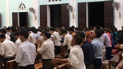Hà Tĩnh: Linh mục quản xứ Dũ Thành tổ chức thánh lễ đông người giữa 'bão dịch'