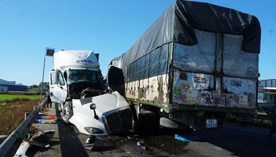 Đấu đầu xe tải và container, 3 người thương vong