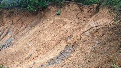 Hà Tĩnh: Đất đá vùi lấp phòng ngủ, cả gia đình vùng chạy thoát thân trong đêm