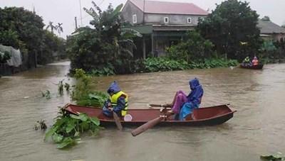 Hà Tĩnh: Mưa lớn, hồ chứa nâng mức xả tràn, hạ du ngập lụt