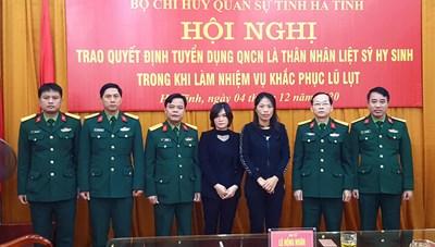 Vợ 2 liệt sĩ Đoàn 337 được tuyển dụng quân nhân chuyên nghiệp