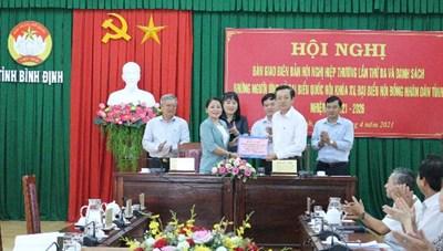 Bình Định: Bàn giao danh sách người ứng cử ĐBQH khóa XV và đại biểu HĐND tỉnh khóa XIII