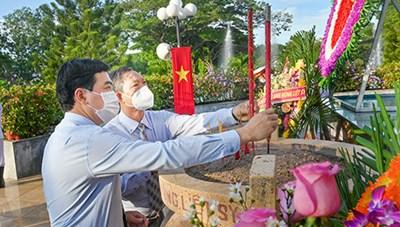 Lãnh đạo tỉnh Bình Thuận viếng các Anh hùng liệt sĩ nhân ngày 27-7