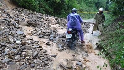 Bình Định: Mưa lớn làm sập cầu, sạt lở nhiều tuyến đường liên xã