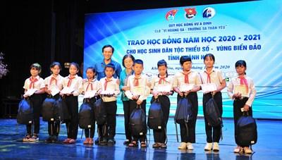 Khánh Hòa: Trao học bổng Vừ A Dính cho học sinh DTTS và vùng biển đảo