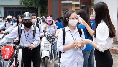 Học sinh ở một số nơi an toàn được đi học trở lại