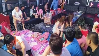 Bắt ông chủ 19 tuổi tổ chức sử dụng ma tuý trong quán karaoke