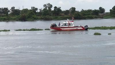 Công an 'quần' trên sông Sài Gòn tìm người nhảy xuống sông