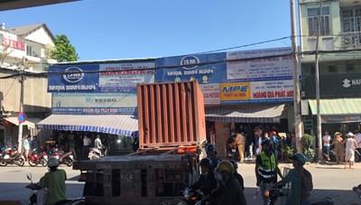 Xe Container lao vào cửa hàng, tông chết một người