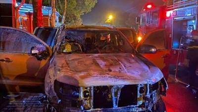 Xe ô tô nổ lốp kéo lê xe máy, sau đó cả 2 xe bốc cháy, 2 người thương vong