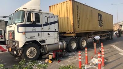 Container ôm cua cán chết người đi xe máy ở ngã tư An Sương