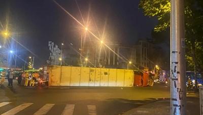 TPHCM: Container lật ngay vòng xoay Lý Thái Tổ, giao thông ùn tắc nghiêm trọng
