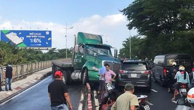 TP HCM: Xe container lao qua làn ngược chiều, tông nát ô tô trên cầu Tân Thuận