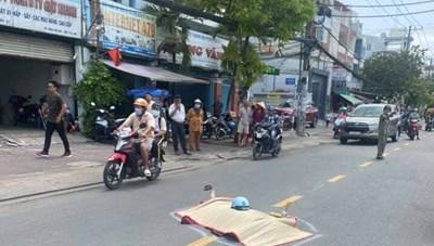 TPHCM: Xe máy tông vào thùng trộn bê tông, một người tử vong