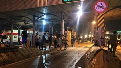 Tông vào trạm thu phí cầu Đồng Nai, một thanh niên chết thảm