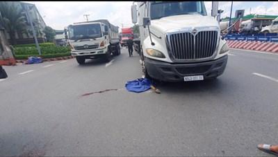 Chồng tử vong thương tâm dưới bánh xe container, vợ đớn đau vật vã bên đường