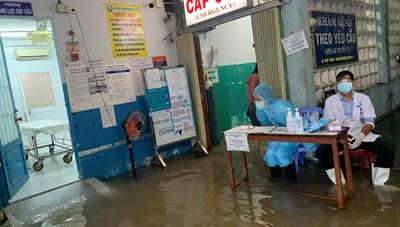 TP. Hồ Chí Minh: Mưa lớn, Bệnh viện đa khoa khu vực Hóc Môn ngập nặng