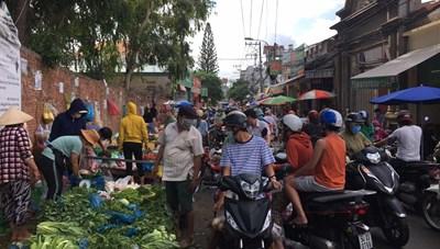 TP Hồ Chí Minh: Nhiều chợ tự phát vẫn hoạt động nhộn nhịp