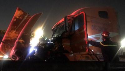 TP Thủ Đức: Xe container bốc cháy trên cầu vượt