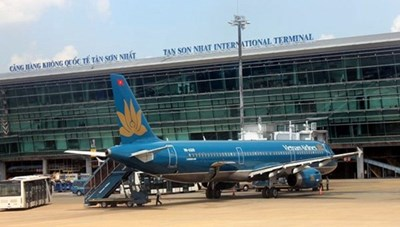 Gần 100 hành khách đáp xuống sân bay Tân Sơn Nhất lúng túng 'ngồi yên tại chỗ'