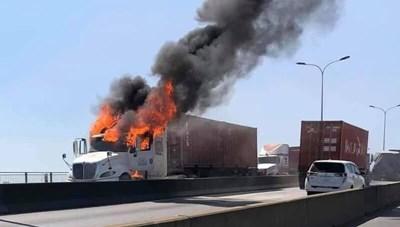Xe container bốc cháy ngùn ngụt trên cầu Phú Mỹ
