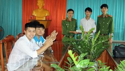 Thái Bình: 8 nam sinh không tham 50 triệu đồng nhặt được