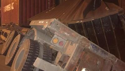 Nam Định: Xe container chồm lên đường ray 'gặp' tàu hoả