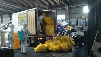 [ẢNH] Cận cảnh thu gom, xử lý rác thải y tế những ngày dịch bùng phát