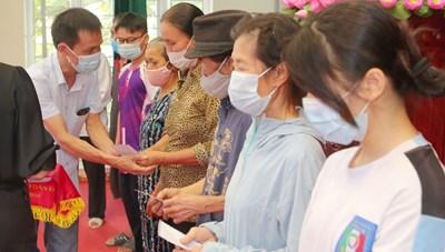 Báo Đại Đoàn Kết trao tiền ủng hộ của bạn đọc tới người gặp khó khăn do dịch ở TP Nam Định