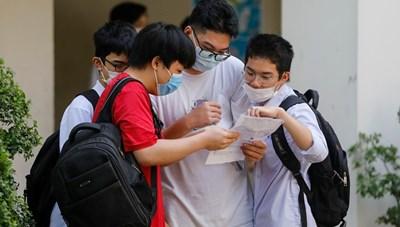 Học sinh Hà Nội nhận Giấy chứng nhận tốt nghiệp qua bưu điện