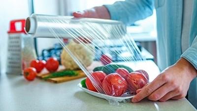 Vì sao khi sử dụng màng bọc thực phẩm không đúng cách sẽ gây hại cho cả gia đình?