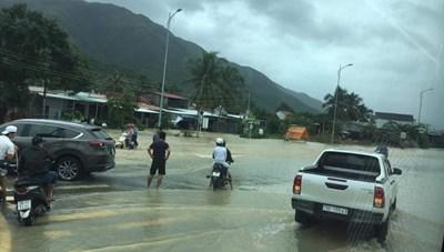 Ngập lụt, sạt lở đất chia cắt nhiều khu vực tại Khánh Hòa, Phú Yên