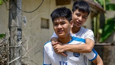 Đại học Y Dược Thái Bình sẽ miễn học phí cho nam sinh 10 năm cõng bạn đi học