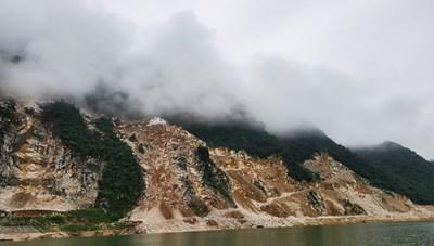 Bức tử danh thắng Quốc gia Hồ Thác Bà:Moi ruột 'viên ngọc đại ngàn' tìm đá quý