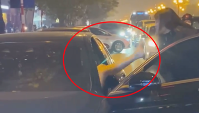 [VIDEO]: Người phụ nữ chặn xe Mercedes giữa đường phố Hà Nội 'đánh ghen', cô gái trẻ trong ô tô phản kháng bằng cú đá bất ngờ
