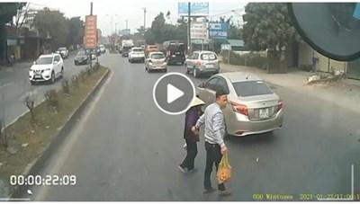 [VIDEO]: Hình ảnh dừng xe dắt cụ bà nhận 'mưa tim' từ cư dân mạng