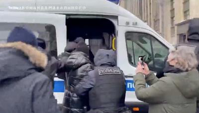 [VIDEO]Cảnh sát Nga bắt vợ của thủ lĩnh đối lập Navalny ngay trên đường phố