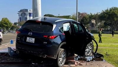 [VIDEO] Tai nạn hy hữu, ô tô phóng vọt lên lao thẳng cột cờ quảng trường