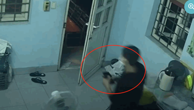 [VIDEO]: Trộm dùng móc sắt mở cửa trạm gác, lấy 2 điện thoại trong đêm