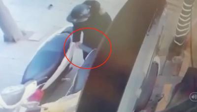 [VIDEO]: Bất ngờ màn cạy cốp, trộm ví nhanh như chớp trên phố Hà Nội