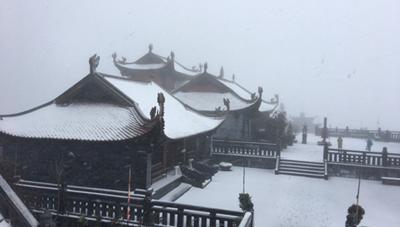[VIDEO] Tuyết rơi phủ trắng đỉnh Fansipan ngày 27 Tết