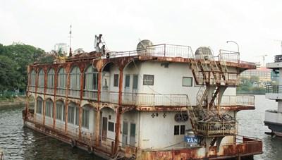 [ẢNH] Cận cảnh du thuyền tiền tỷ ở Hồ Tây sắp biến thành sắt vụn