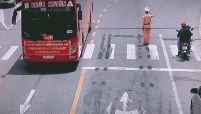 [VIDEO] Chiến sĩ CSGT Bắc Giang chào đoàn xe 'chi viện' của Quảng Ninh gây xúc động