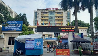 [ẢNH] Lập chốt kiểm soát tại cổng Bệnh viện Phổi Hà Nội